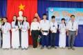 Học sinh khóa đầu tiên của nhà trường trao học bổng cho học sinh có thành tích cao trong học tập