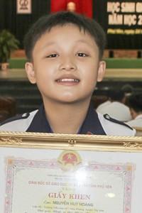<em>Em</em> <strong>Nguyễn Huy Hoàng</strong> trong buổi lễ tuyên dương khen tưởng ...
