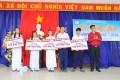 Ông Đỗ Minh Đức, P.Trưởng phòng Đào tạo, ĐH Quang Trung trao học bổng cho học sinh có thành tích cao trong học tập