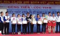 Công ty Dũng Tiến - Cúc Vinh tặng quà cho học sinh