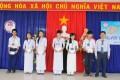 Thầy Nguyễn Văn Hòa, giáo viên nhà trường, trao học bổng cho học sinh có thành tích cao trong học tập