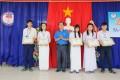 Đại diện Huyện đoàn huyện Đồng Xuân trao học bổng cho học sinh có thành tích cao trong học tập
