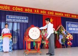 Đồng chí Võ Cao Phi – Phó Bí thư Huyện ủy, Chủ tịch UBND huyện Đồng Xuân đánh trống khai giảng năm học mới