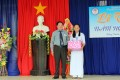 Đồng chí Ngô Trọng Cảnh – Phó Bí thư Thường trực Huyện ủy phát thưởng cho học sinh đạt thành tích cao