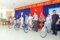 Đoàn doanh nhân người Phú Yên đang sinh sống tại thành phố Hồ Chí Minh cũng đã trao tặng cho các em học sinh nghèo học giỏi