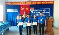 Đ/c Nguyễn Hoàng Giang tặng bằng khen cho đoàn viên có thành tích xuất sắc trong năm học